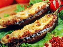Папуцаки - пълнени патладжани с кайма, домати и кашкавал по гръцки - снимка на рецептата
